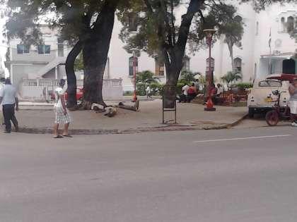 En busca de protección los mendigos frente a la PNR.jpgEn busca de protección los mendigos frente a la PNR