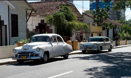 Santiago de Cuba, el embargo sólo ha servido para aguzar la inventiva de los cubanos haciendo de la  isla un museo de viejos automóviles norteamericanos. Foto: Alexander Schimmeck