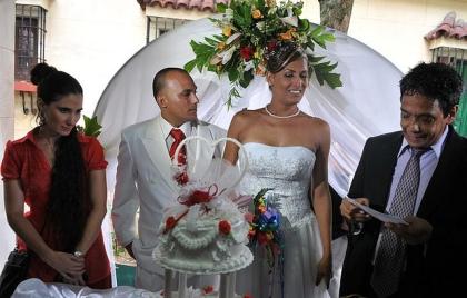 Transexual y gay se casaron en Cuba el día del cumpleaños de Fidel Castro en el 2010,  junto a ellos los disidentes Yoani Sánchez y su esposo Reinaldo Escobar. Foto: Globovisión